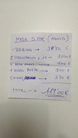 Factura de la comida para 5 personas, con postre, 2 botellas de vino de Ribera, muy bueno, postre, café y copas.