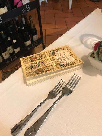 La Forchetta Bistrot: Libro di poesie presente in ogni tavolo. Molto carina come idea.