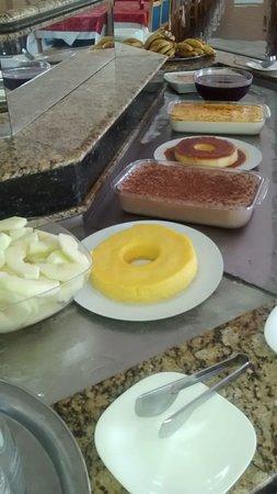 Primar Plaza Hotel: Ótimas opções de saladas, sobremesas, carnes e variedades em geral!