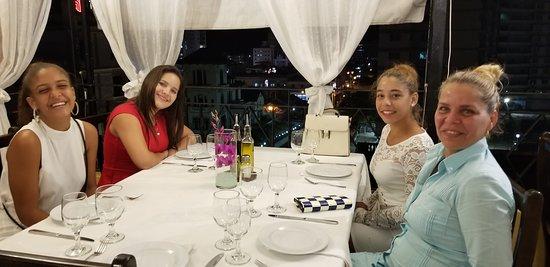 Restaurante Paladar Cafe Laurent Habana: Mi esposa con su hija y amigas de toda su vida.