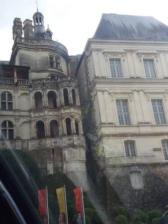 La séparation de l'aile François 1er et de l'aile Gaston d'Orléans, vue de l'extérieur.