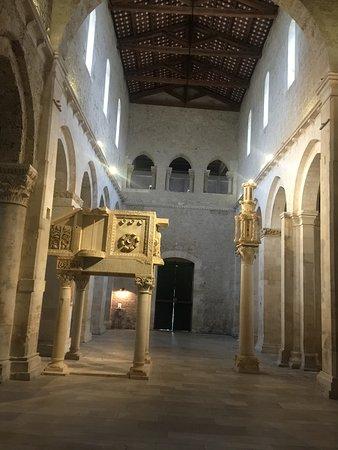 Castiglione a Casauria, Italy: interni