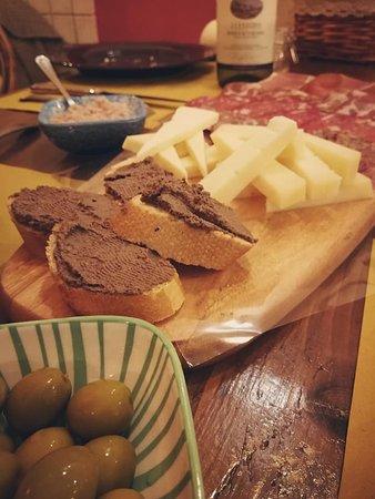Salsa di cipolle, olive locali, crostini, formaggi e salumi.