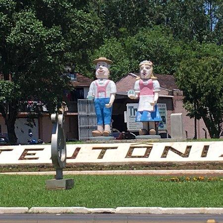 Monumento Teu e Tonia