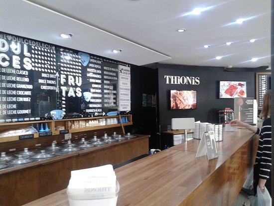 Thionis Heladerìa- Cafeterìa: Mostrador- La Plata 2018.
