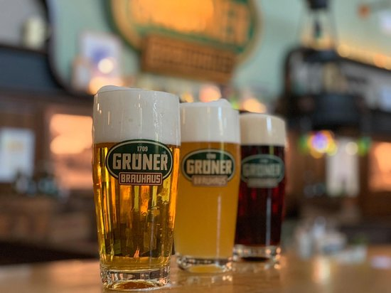 Gruner Brauhaus: Grüner Bier: Grüner Hell 2,75 €, Grüner Trüb 2,85€, Urfränkisch Dunkel. Aus mundgeblasenen Gläsern. Jedes Glas ein Unikat!