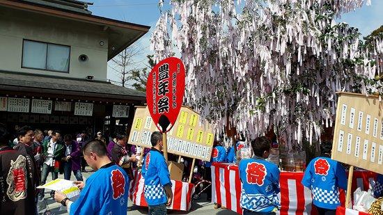 活動當天相當熱鬧,數以千計的在地居民和外國遊客一同參與奇祭。