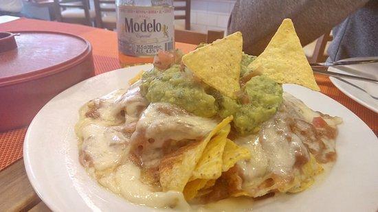 Ración de nachos y guacamole