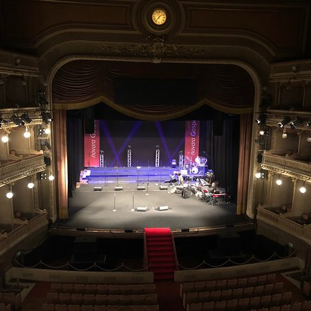 Teatro Coccia, elegante confortevole. Struttura di stile, inaugurata da Arturo Toscanini nel 1889