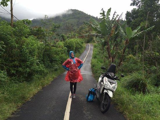Du wolltest schon immer mal nach Bali und dachtest dir, warum nicht dem deutschen Winter entkommen und an einem Strand auf Bali Kokosnüsse schlürfen? Generell ist das natürlich ein ausgezeichneter Plan! Allerdings herrscht ausgerechnet dann auf Bali Regenzeit.  Was das genau bedeutet und ob sich eine Reise in der Regenzeit nach Bali für dich trotzdem lohnt, erfährst du in diesem Beitrag.  Zum Artikel: https://indojunkie.com/bali-regenzeit/