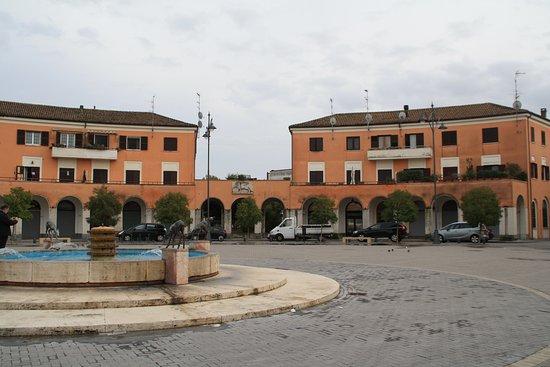 Tresigallo, Italien: Fontana e piazza della Repubblica