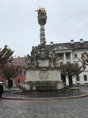 聖三位一体像と八重桜