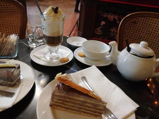Művész Kávéház: Torta Dobos, Irish Coffee e del Té