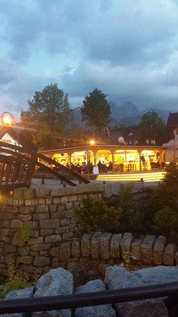 Krupowki Street: Zakopane Krupówki - jedna z restauracji góralskich.