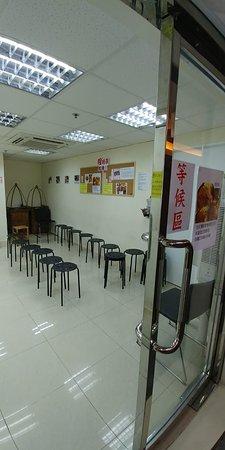 程班長台灣美食:午市較多人等位,班長特別安排等候的食客在對面的一個舖位坐著等。牆上有壁報板讓粉絲寫上加油和祝福等支持。
