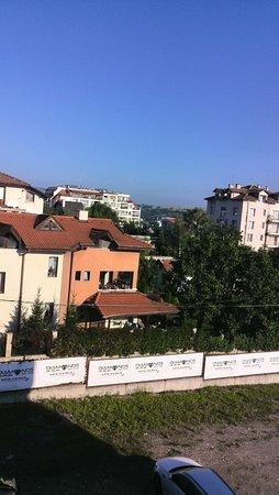 Bankya Palace: если номер с видом на задний двор, то  будет такой пейзаж. Нам , кстати, дали без балкона, хотя есть в отеле номера с балконом и окна выходят на бассейн.