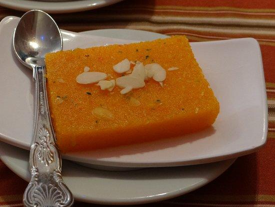 Les Délices du Kashmir Montparnasse: Nagerecht cake met saffraan en amandelschaafsel