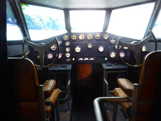 Foynes, Ирландия: Cockpit, adjacent to large crew area, so different from cramped space of today.