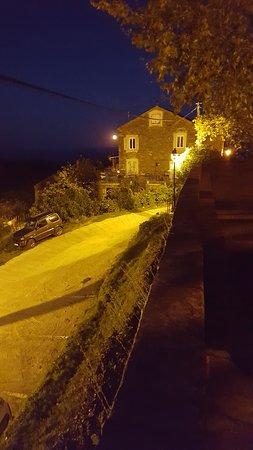 Haute-Corse, ฝรั่งเศส: Vue de nuit de l'hôtel depuis le parking de l'église