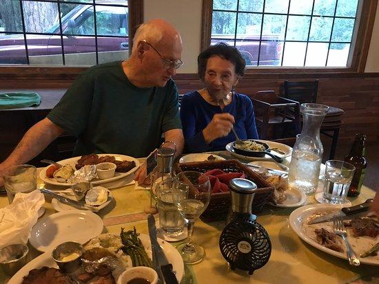 Pioneer, Kalifornia: Mom & Dad enjoying the Food🧡