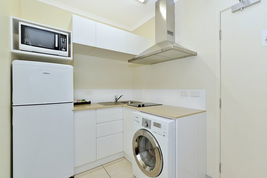Cairns Queenslander Hotel and Apartments: Orchid One Bedroom Apartment - Kitchenette & washing machine dryer combo
