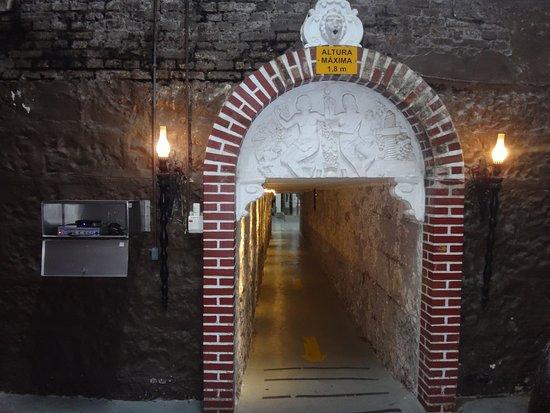 túnel que atravessa sob a rua