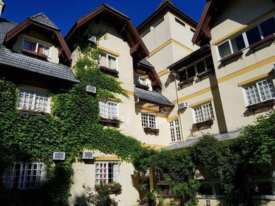 Hotel Le Chateau: Área  do hotel com vista a partir do jardim interno.