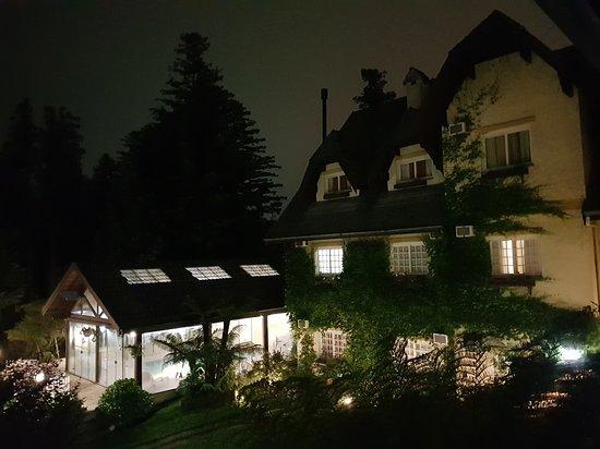 Hotel Le Chateau: Visão noturna parcial do hotel, do seu jardim e piscina a partir da janela do quarto 207.