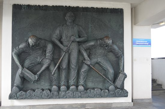 Den Oever, Nederland: Plaque on lower level of Monument honoring the workers who built the causeway.