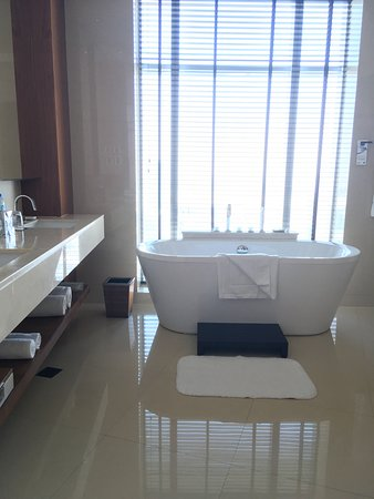 JW Marriott Marquis Hotel Dubai: Nice big tub to relax in