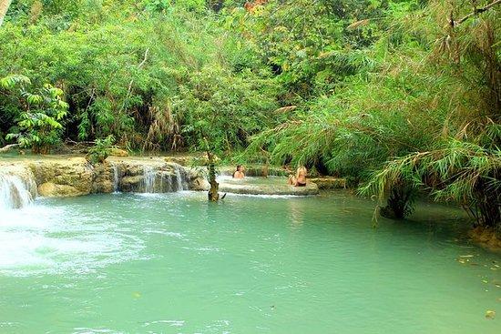 Luang PrabangからのPak Ou洞窟とKuang Si滝へのプラ…