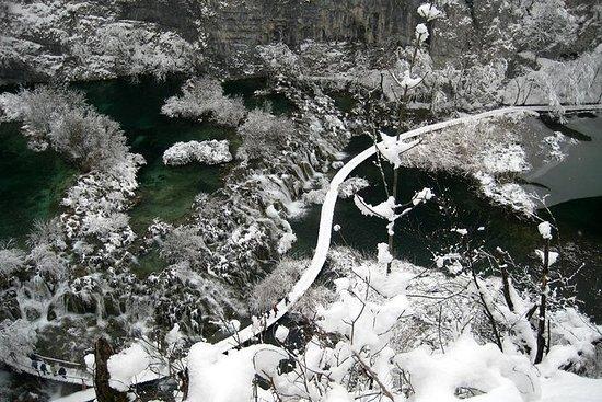 プリトヴィッツェ湖凍った風景プライベートハイキング日帰り旅行ザグレブから