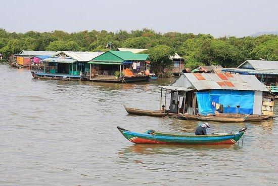 Visita guiada en bote a la aldea...