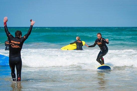 Lezione di surf di gruppo sulla