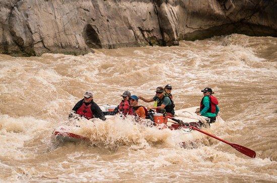 ウェストウォーターキャニオンを巡る2日間のコロラド川ラフティングツアー