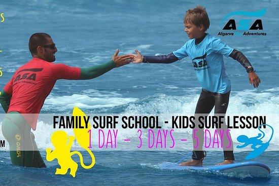 Scuola di surf per famiglie e bambini