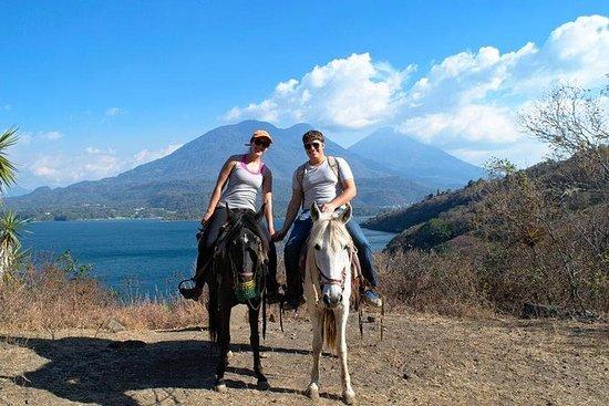 Passeios a cavalo visitando duas...