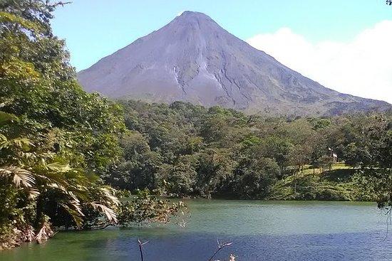 在一天之内在Chato和Arenal火山附近徒步远足
