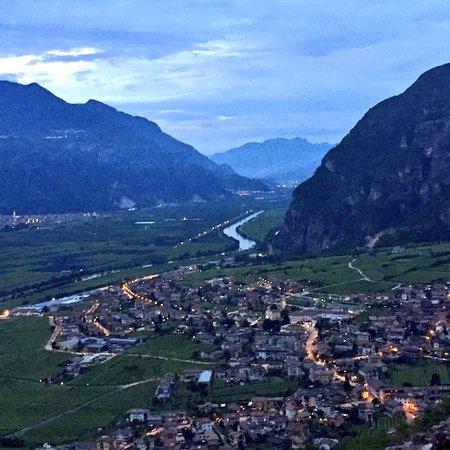Besenello, Italy: Quasi meglio di Game of Thrones. 📍Da Castel Beseno si domina la valle