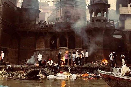 Døds- og genfødselsvandring i Varanasi