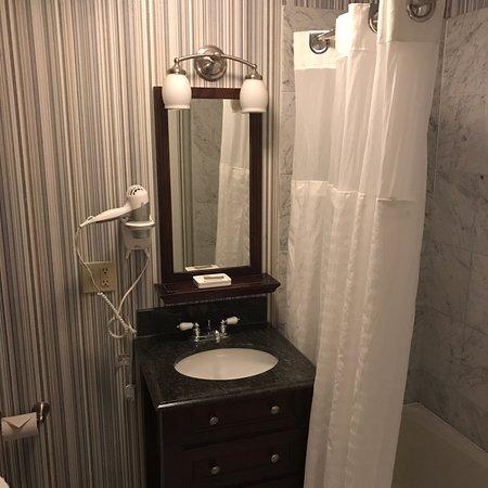 Newport Beach Hotel and Suites Bild