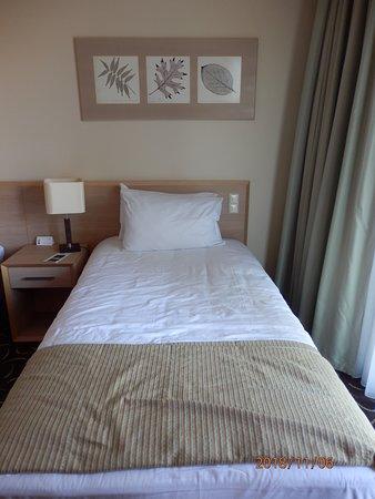 Wystrój pokoju z wygodnym łóżkiem