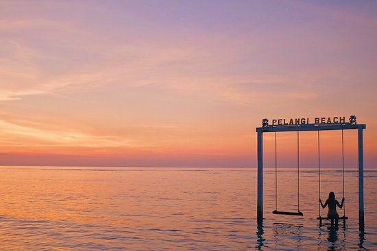 Bali, Indonésie : Gili Island's famous swings are the ultimate sunset photo op. #beach #island