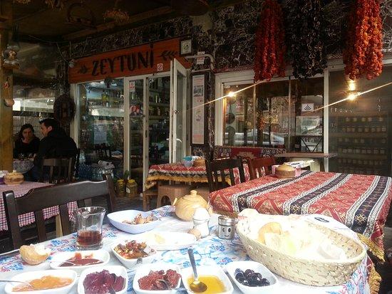 Провинция Анкара, Турция: zeytuni kahvaltı evi - guvenlik caddesi no 10 aşağı ayranci / ankara  iki kişilik serpme kahvaltı 70 tl. Çeşit çok ve porsiyonlar büyük,  çay sınırsız. Iki kişilik kahvaltı rahat dört kişiyi doyurur. Ürünlerin çoğu ege bölgesinden,  begendiklerinizi satın alabiliyorsunuz da... Özellikle marmelatlar ve peynirler çok lezizdi.