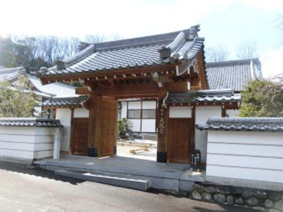 Kani, اليابان: 山門前にて