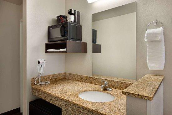 Dexter, MO: Guest room bath