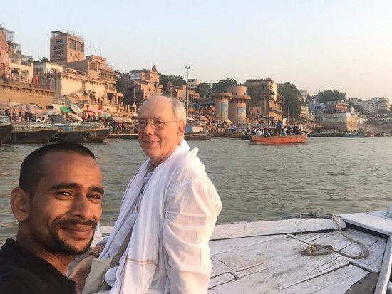 Varanasi District, Индия: Later on in the morning of our sun rise boat ride on the Ganges in Varanasi. Chanting Hanuman Chalisa and Om Namah Shivaya.