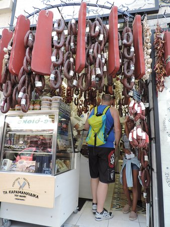 Excursion culinaire en petit groupe à Athènes : Salami's and more.