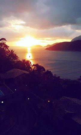 Vista maravilhosa do por do sol na Praia de Baraquecaba em São Sebastião