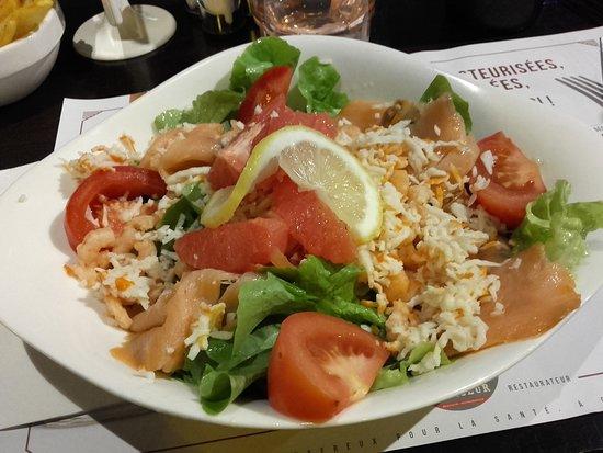 Salade du pêcheur ( saumon fumé, crevettes, rapé de surimi, salade verte et tomates)